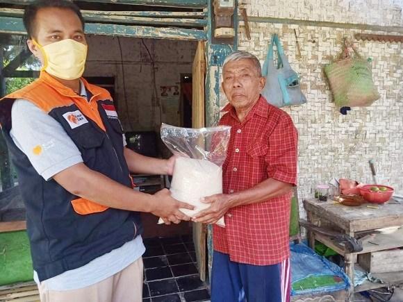 Relawan Inspirasi Rumah Zakat menyalurkan beas perelek kepada warga yang kurang mampu di Desa Kertajaya, Ciamis, Jawa Barat | Rumah Zakat/Radartasikmalaya.com