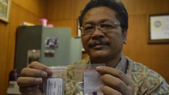 Obat MAC yang ditunjukkan oleh Prof. Nasronuddin (Foto: Irwan Syairwan / SURYA)