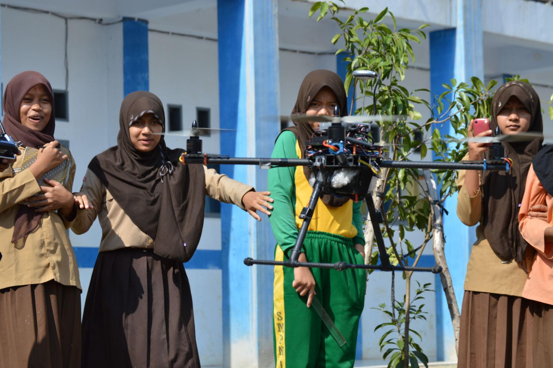 Siswa-siswi belajar robotik dengan menerbangkan drone : dok sman10pentagon