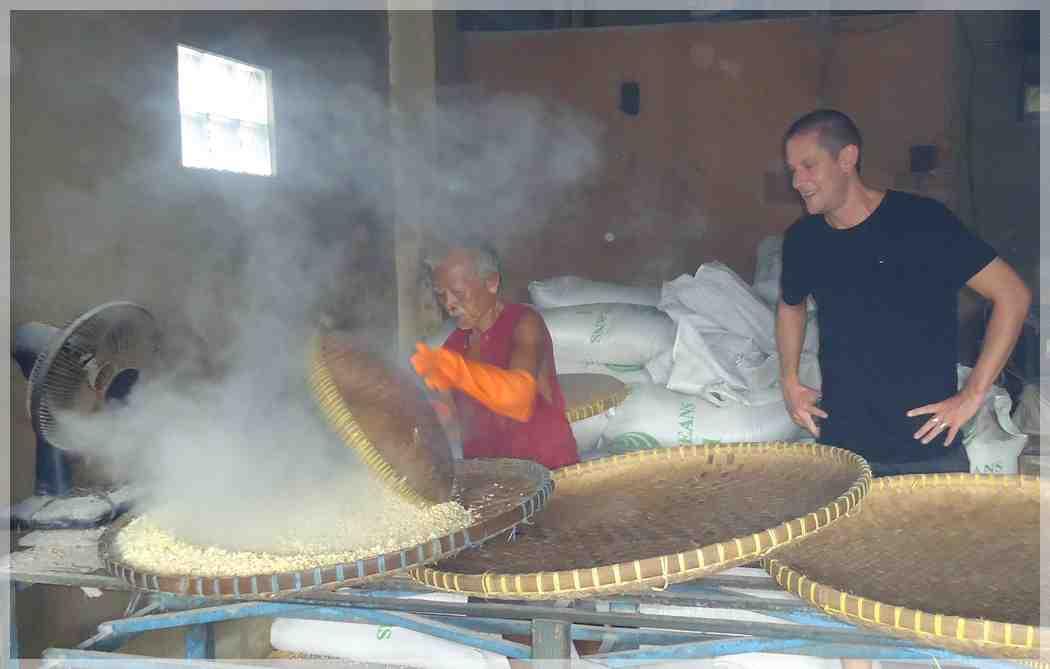 William Mitchell sedang belajar mengolah tempe bersama Pak Abdul Halim di sebuah pabrik tempe di Yogyakarta. Sumber: Warungtempeh.com