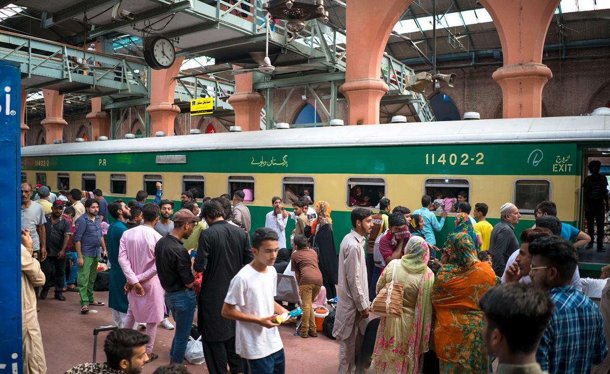 Suasana sibuk di salah stasiun kereta api di Pakistan.