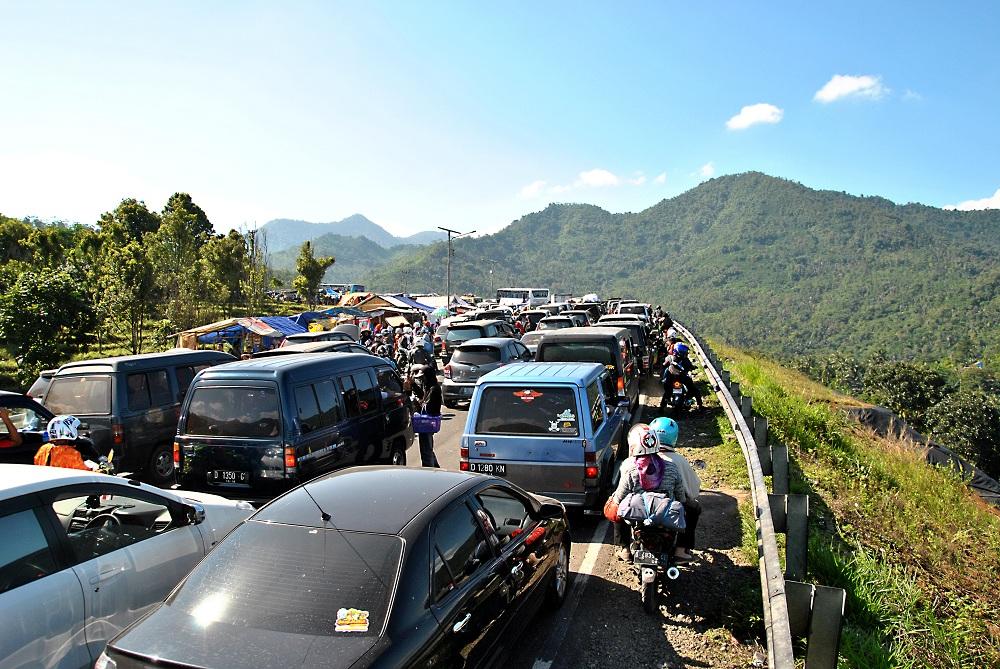 Macet di kawasan Nagreg, Bandung, Jawa Barat, pada awal Agustus 2014, dirasakan pemudik yang hendak mudik atau pulang kampung sebelum hari Idul Fitri.