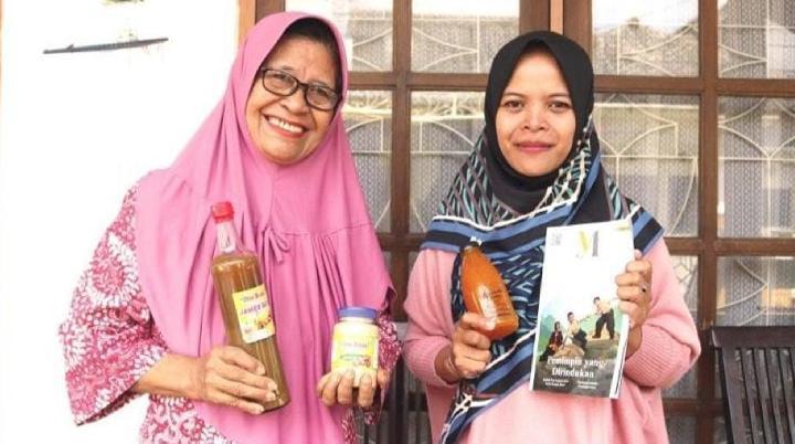 Roos Nurningsih (kiri), pengusaha jamu dari Malang, Jawa Timur yang mengisi masa pensiunnya dengan menjual produk jamu buatannya sendiri. Foto: Tempo