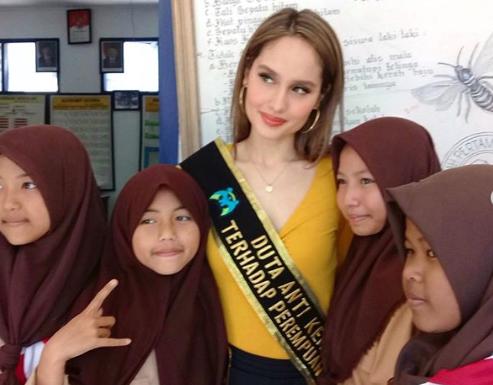 Cinta Laura - 4 Seniman Indonesia yang Peduli Pendidikan