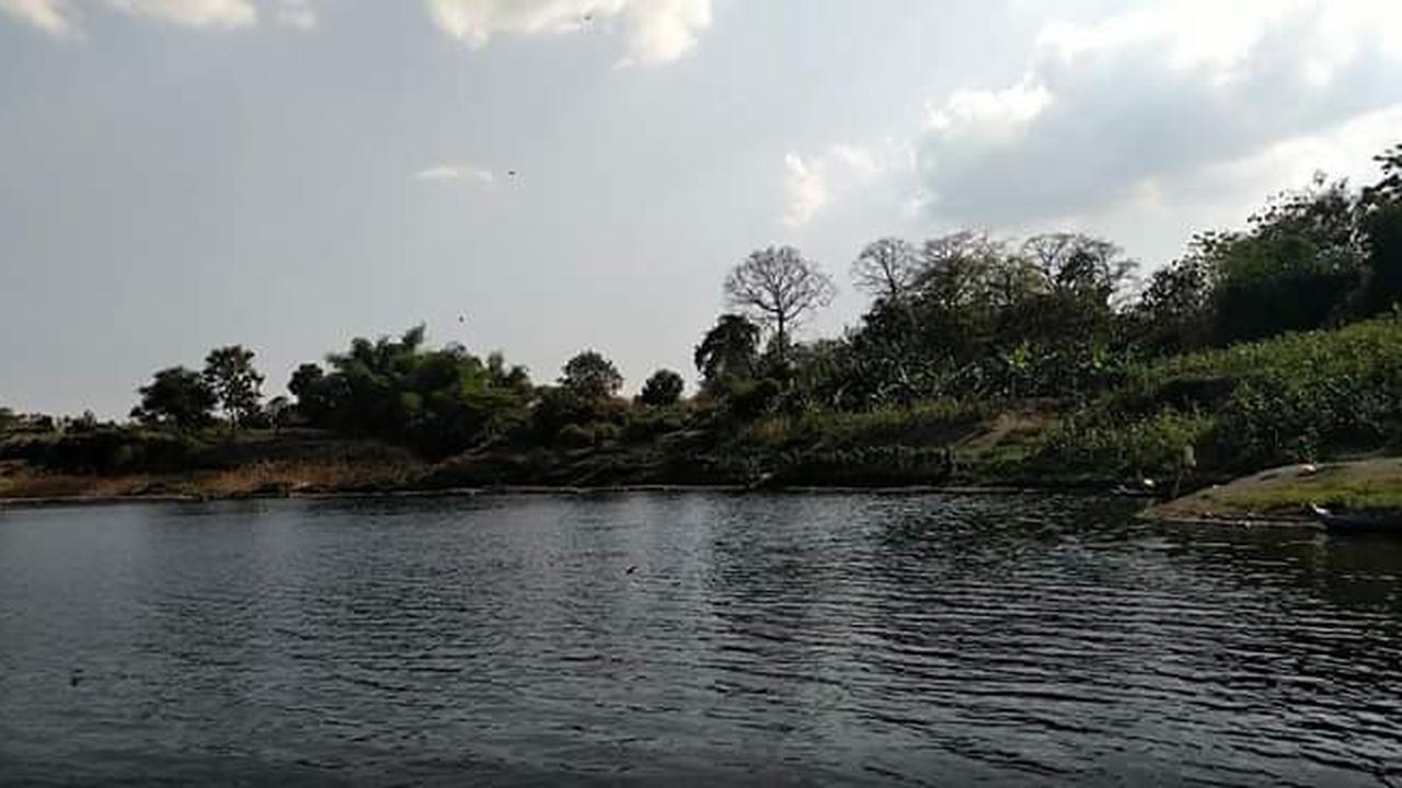 Menyelami Sungai Bengawan Solo bermenit-menit lamanya tanpa bernafas untuk mengambil pusaka. Foto: Liputan6.com/Ahmad Adirin