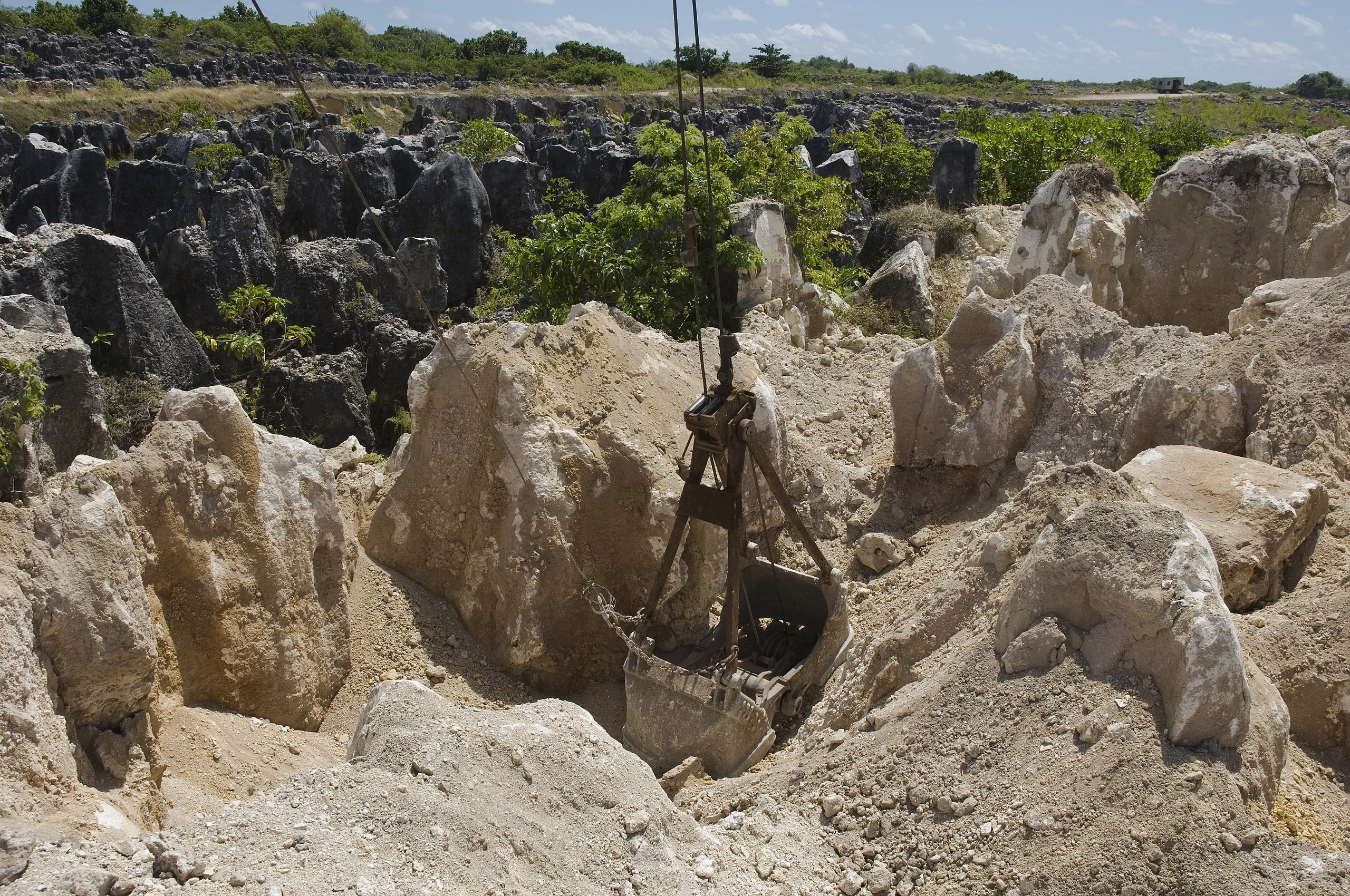 Bekas tambang Fosfat yang menganga lebar, membuat Nauru seperti permukaan bulan yang tandus   Photo by Lorrie Graham CC BY 2.0