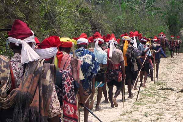 Orang Marapu yang selalu hidup harmonis dengan alam dan bertahan hidup dengan hasil alam, baik dari hutan maupun dari laut   Google Image/bali.bisnis.com