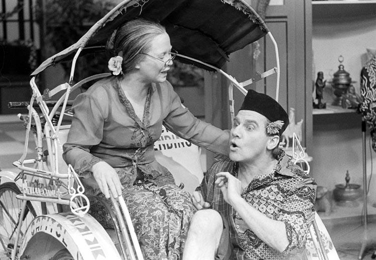 Wieteke van Dort dan Willem Nijholt ketika tampil di The Late Late Lien Show pada tahun 70-80-an.