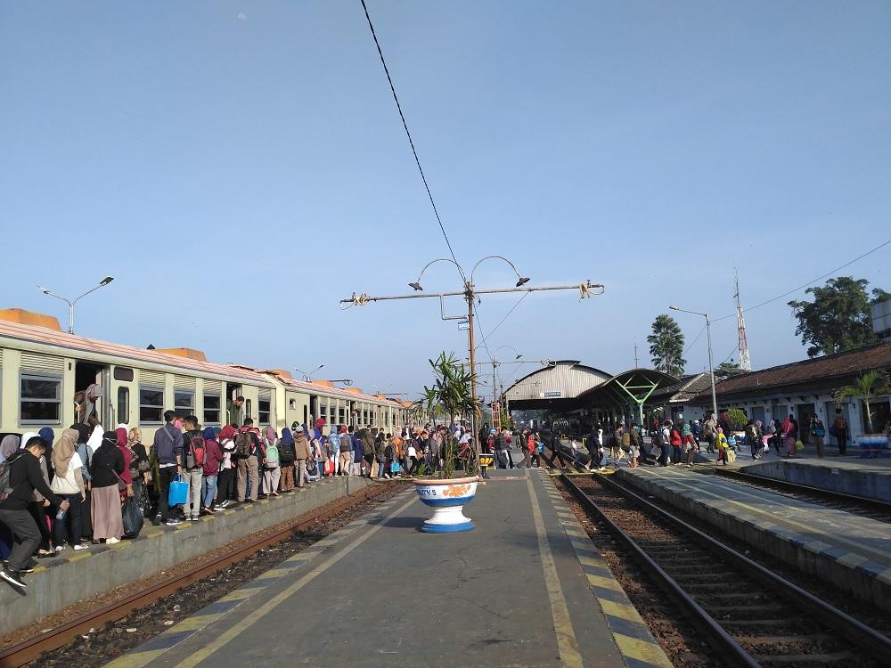 Pemandangan penumpang Kereta Prameks tiba di Stasiun Kutoarjo pada pertengahan tahun 2019. Sumber: Shutterstock/Harian Rahayu