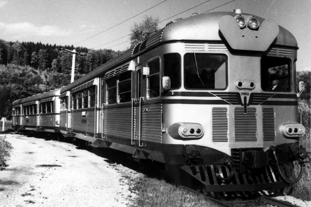 Kereta Rel Diesel seri MCDW 300 saat masih di pabrikan Ferrostaal, Jerman, pada 1964. Bisa dilihat, terdapat logo Perusahaan Negara Kereta Api di bagian muka keretanya.