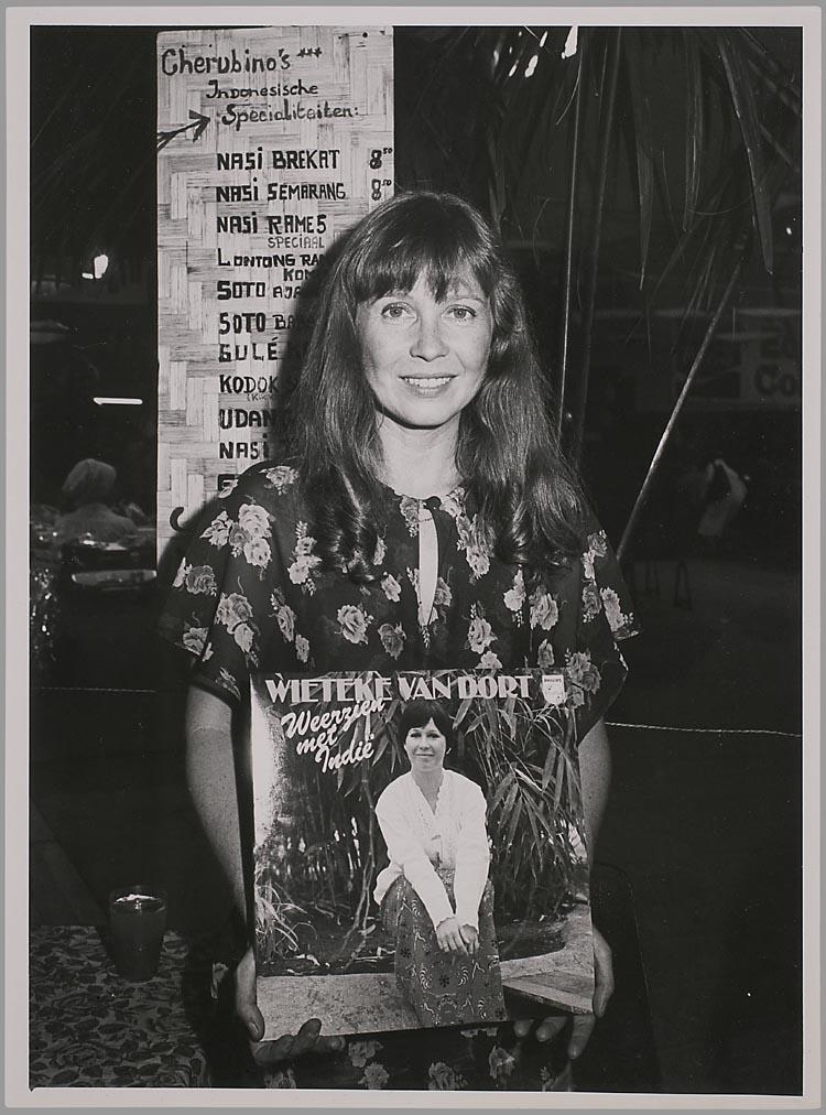 Wieteke van Dort mempromosikan album lagu Weerzien Met Indie dalam bentuk vinyl.