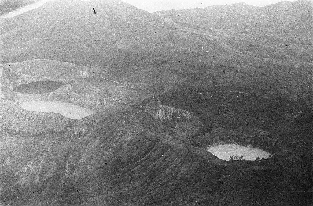 Pemandangan gunung Kelimutu dan danau Tiga Warna pada 1947.
