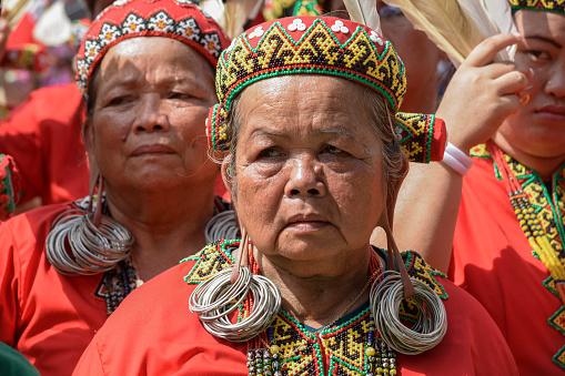 Female Dayak Elders With Long Earlobes   Foto: istockphoto.com