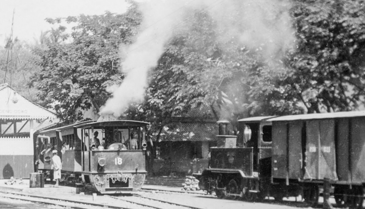 Lokomotif B16 trem uap berpapasan dengan lokomotif kereta C2201