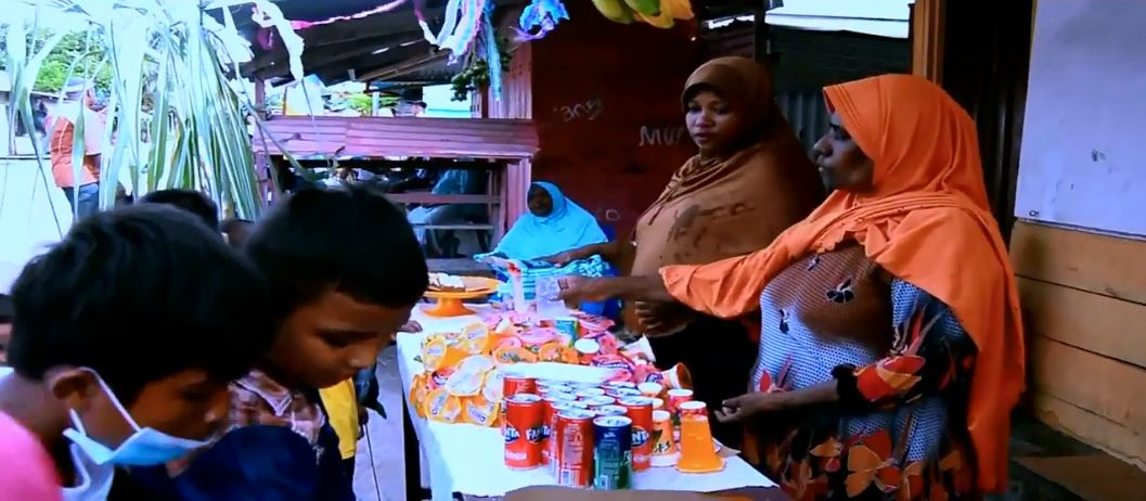 Warga di sekitaran jalan yang dilalui pawai hadrat menjajakan makanan dan minuman di depan rumah mereka.