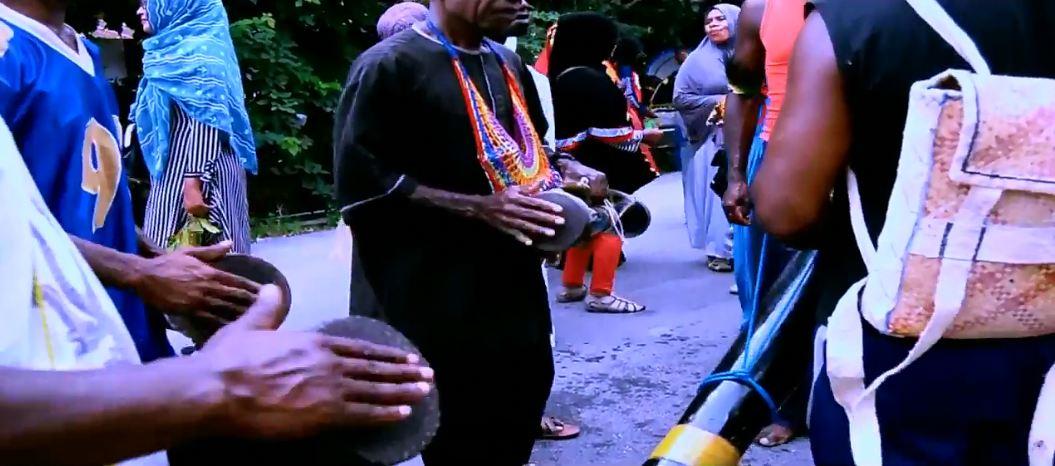 Alat musik khas Papua, Tifa, dimainkan dalam pawai hadrat di Kaimana, Papua Barat, pada 2017.