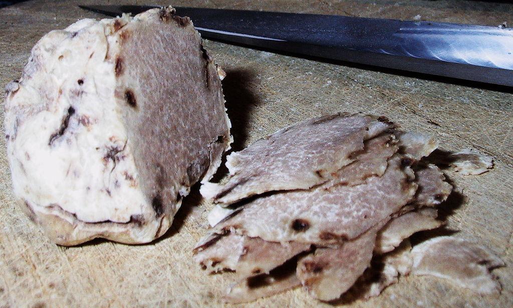 Jamur truffle putih yang sebagian sudah diiris.