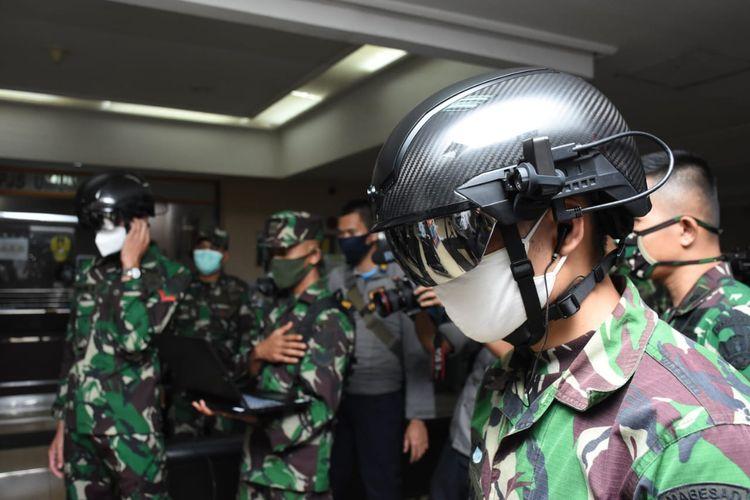 Salah seorang personel TNI AD yang menggunakan helmet thermal KC wearable. Helm ini dapat mendeteksi suhu tubuh seseorang hingga jarak 10 meter. Foto: Dispenad