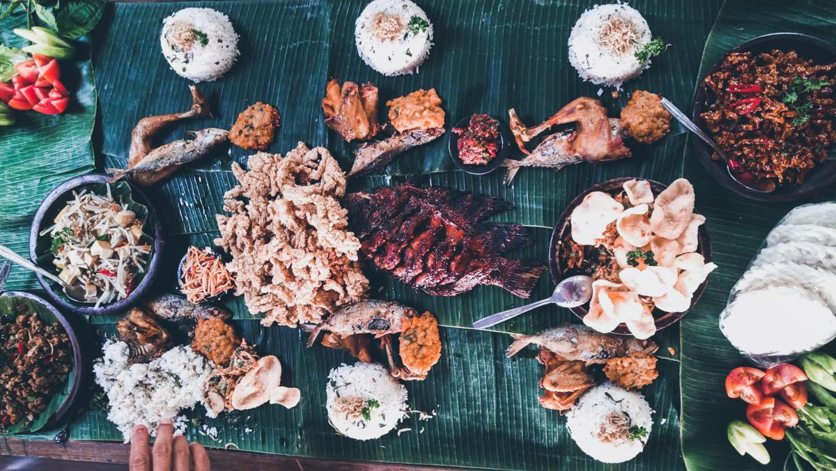 Makan menggunakan daun biasanya hanya dilakukan orang Indonesia sesekali saja misalnya dalam tradisi cucurak.