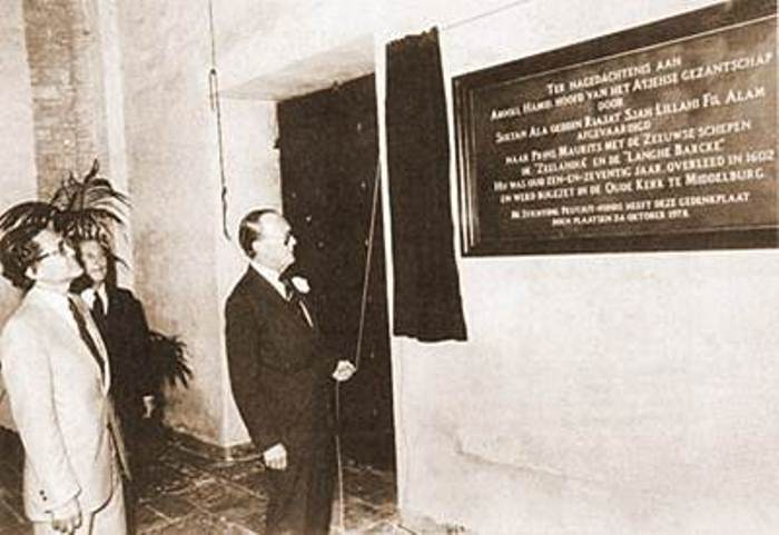 Peresmian prasasti oleh Pangeran Bernhard pada 24 Oktober 1978 di Middelburg Belanda sebagai wujud peringatan kunjungan diplomasi utusan Sultan Aceh diketuai Abdul Hamid yang meninggal pada tahun 1602 dan dimakamkan di gereja tua St. Pieters Middelburg