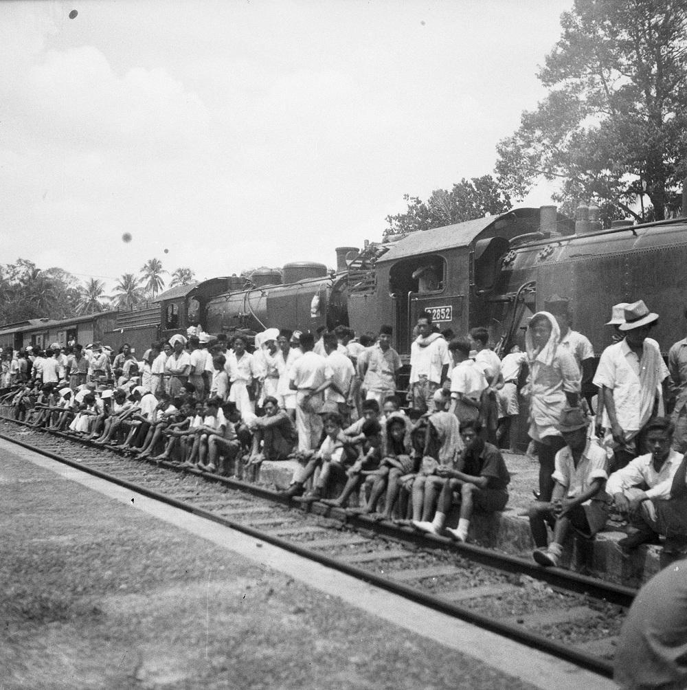 Penumpang memenuhi peron di Stasiun Kranji, Bekasi.