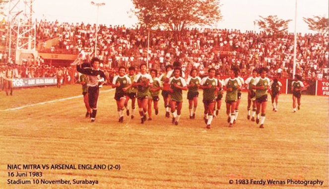 Pemain NIAC Mitra berkeliling lapangan seusai menundukkan Arsenal dengan skor 2-0.