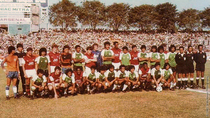 Pemain Arsenal dan NIAC Mitra berpose bersama sebelum bertanding.