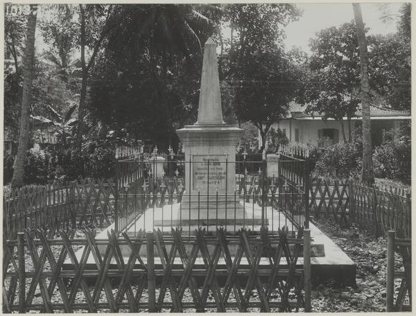 Tugu penghormatan untuk Cornelis Chastelein di Depok sekitar 1930.