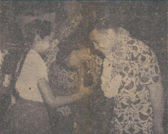 Setelah sukses menahan imbang Cina dengan skor 0-0 di Myanmar pada 23 Juni 1956, timnas sepak bola Indonesia kembali ke Indonesia pada 26 Juni. Seusai pesawat mendarat, kiper dan kapten kesebelasan Indonesia, Maulwi Saelan, mendapatkan sambutan spesial dari pemerintah di Jakarta.