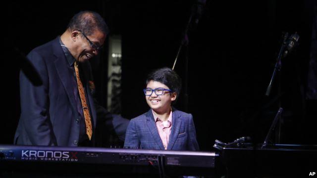 Joey Alexander saat bersama Herbie Hancock di New York 2014 (Foto: AP Photo)