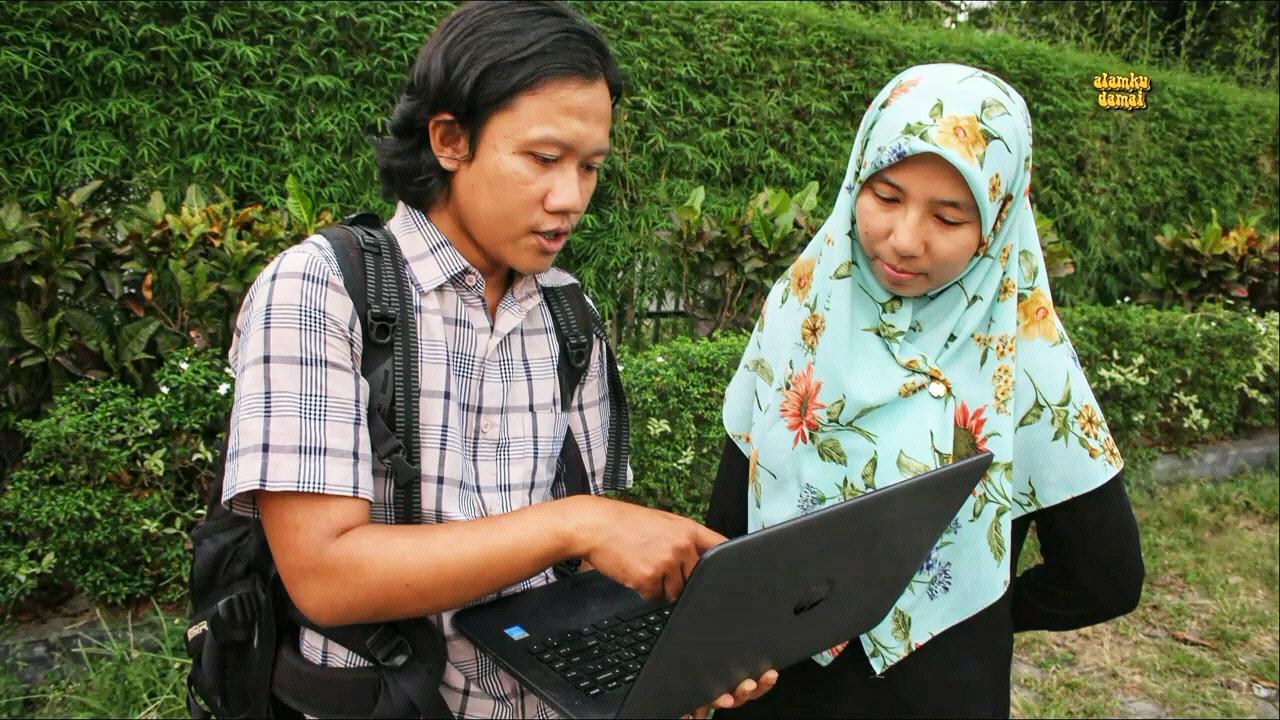 Chairunnas Adha Putra (berbaju kotak). Foto: Ayat S Karokaro/ Mongabay Indonesia