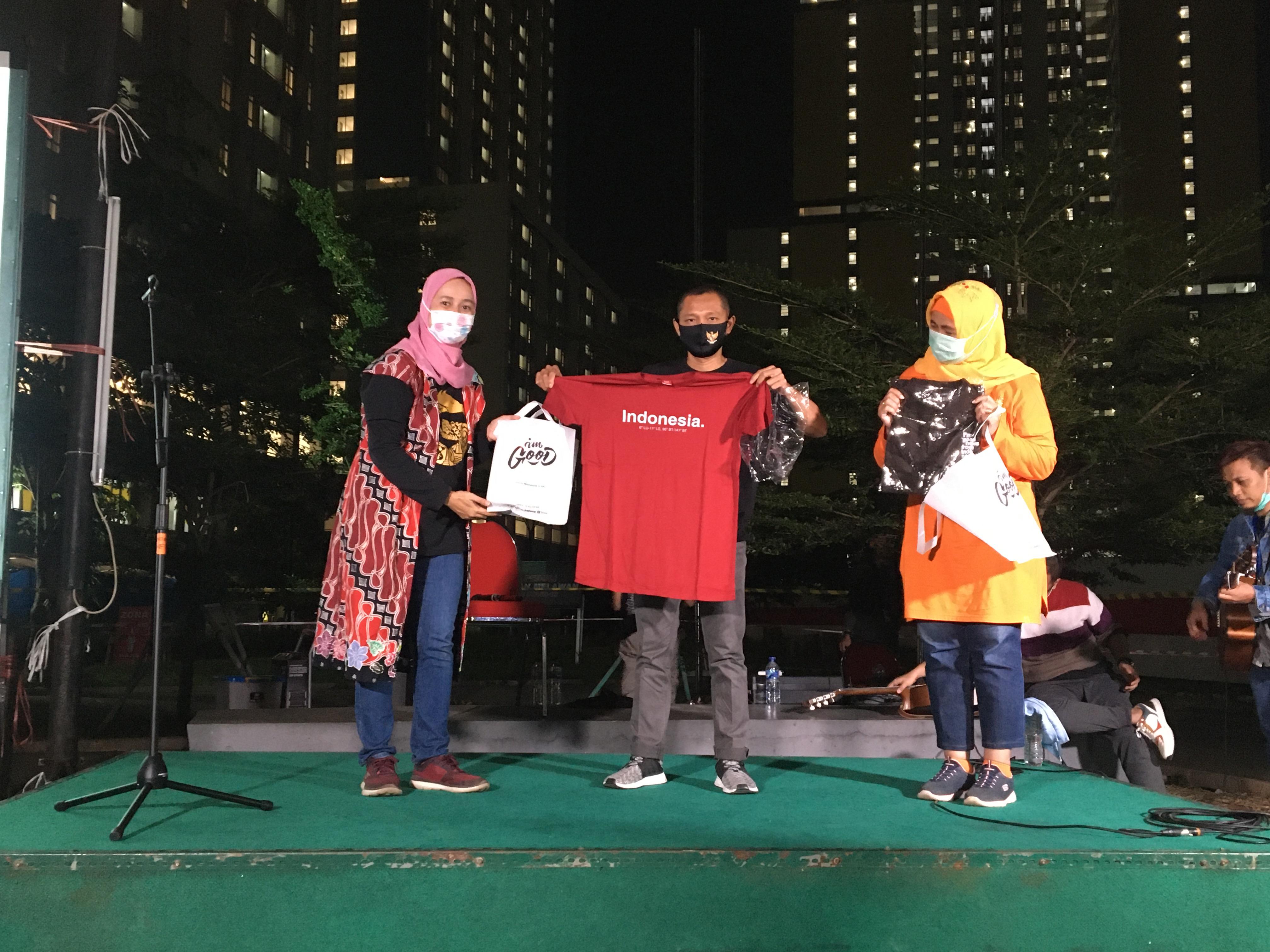 Komandan Lapangan RSDC Wisma Atlet, Letkol Laut (K) drg. M. Arifin Sp.Ort., M.Tr (Opsis) mendapatkan souvenir dari GNFI dalam acara peluncuran Lagu untuk Indonesia.