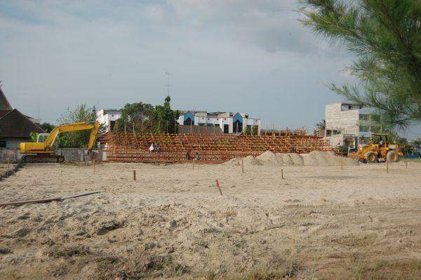 Lapangan sepak takraw pantai sedang dipersiapkan Pemerintah Kabupaten Bengkalis, Riau, pada Mei 2007.