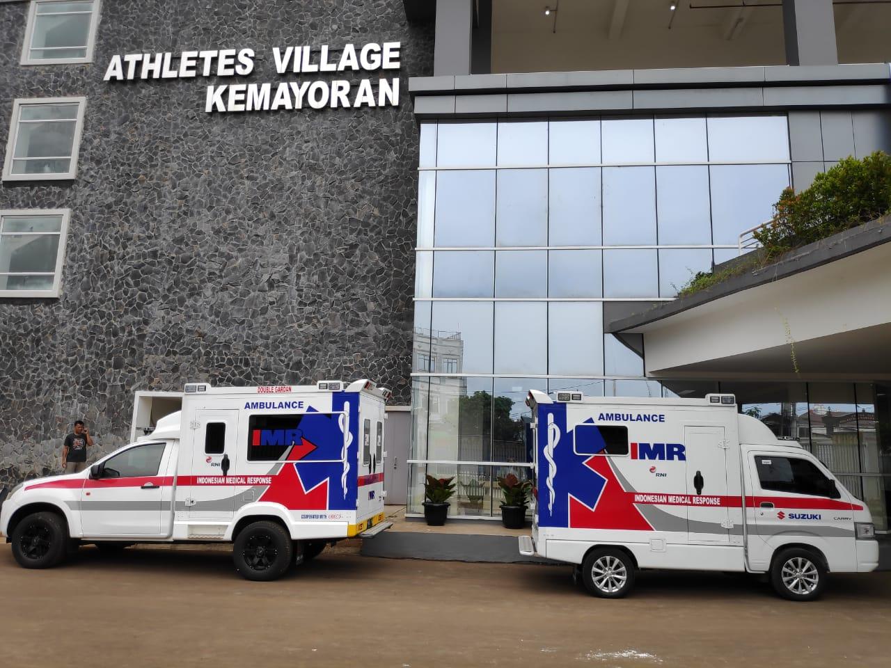 Dua ambulans tampak diparkirkan di depan salah satu gedung RSDC Wisma Atlet.