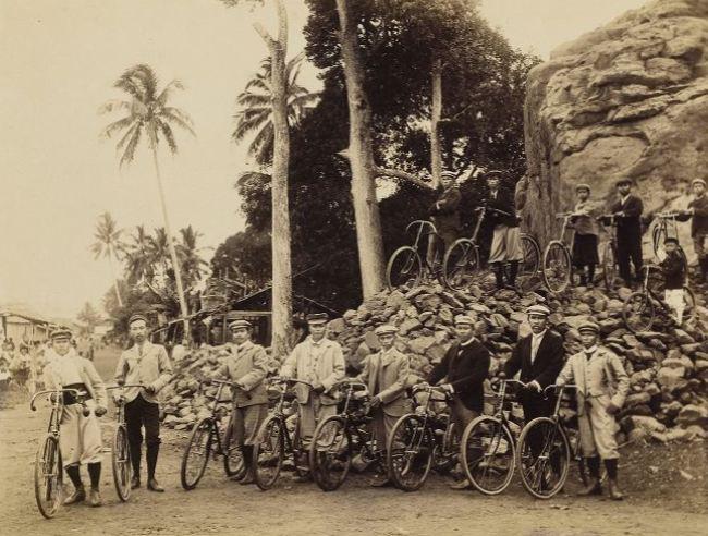 Kalangan bangsawan dari Pontianak tampak berpose dengan sepedanya masing-masing sekitar tahun 1890.