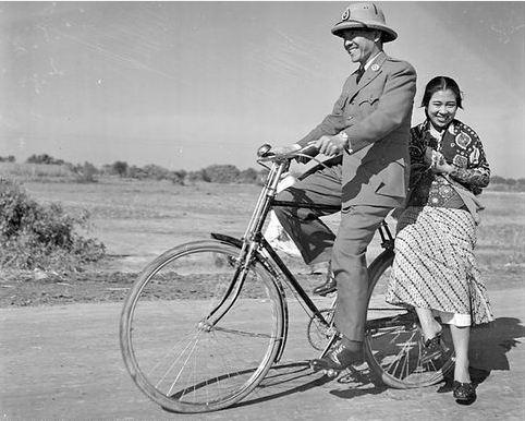 Foto Presiden Sukarno ketika membonceng Ibu Fatmawati yang dijepret fotografer Charles Breijer pada 1947.