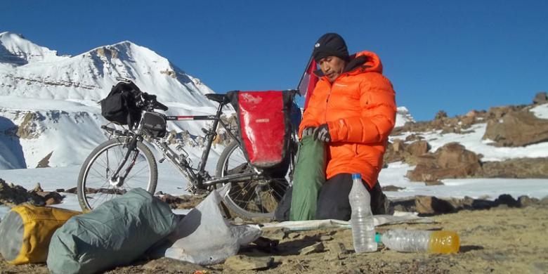 Max Agung Pribadi membenahi perlengkapan sebelum jalan dari puncak Baralacha La (4.950m)