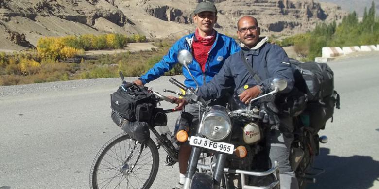 Pesepeda Max Agung Pribadi bertemu sesama pengelana. Dia menunggang motor legendaris Royal Enfield yang masih diproduksi di India hingga kini
