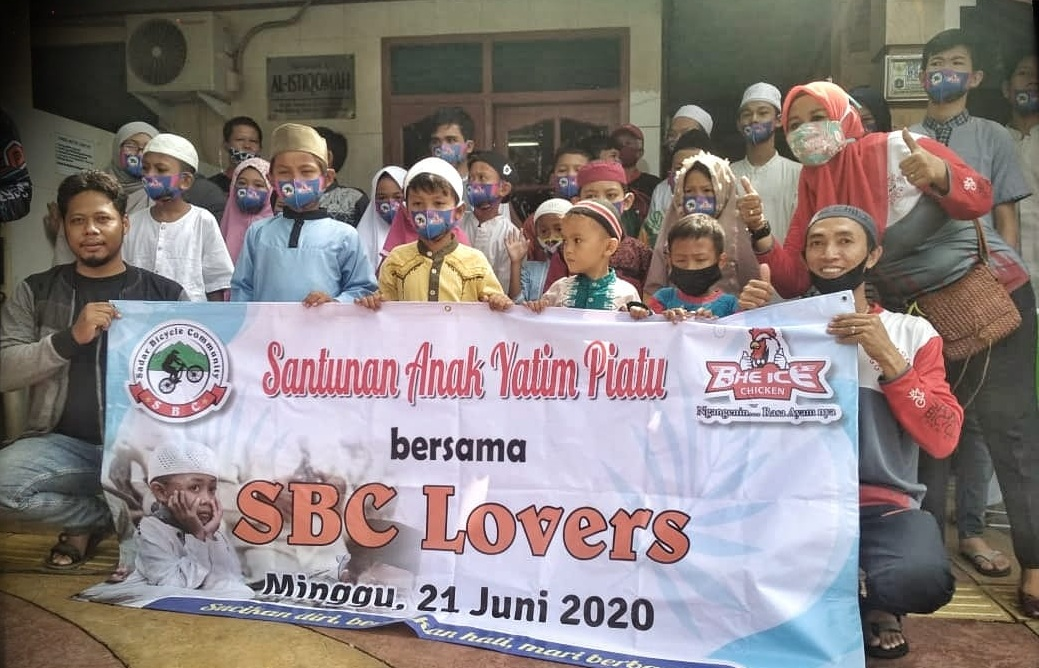 Komunitas sepeda asal Jakarta Timur, Sadar Bicycle Community, memberikan santunan anak yatim piatu pada 21 Juni 2020.