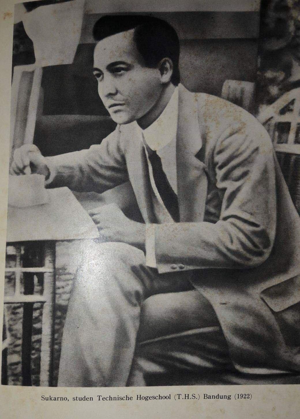 Sukarno ketika masih menjadi mahasiswa di THB.
