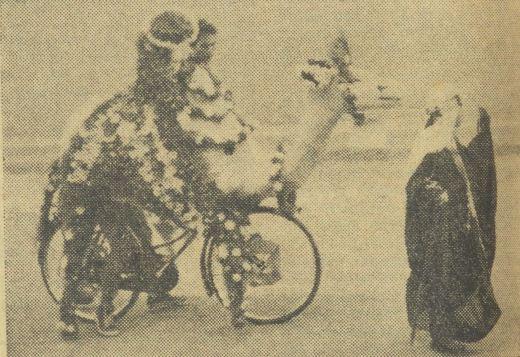 Sepeda hias berbentuk hewan unta dipertonton salah seorang peserta pawai.