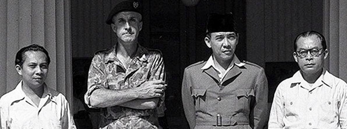 Sukarno, Hatta, dan Sjahrir saat ditawan pasukan Belanda di bawah pimpinan Kolonel Van Langen (Arsip Nasional Belanda)