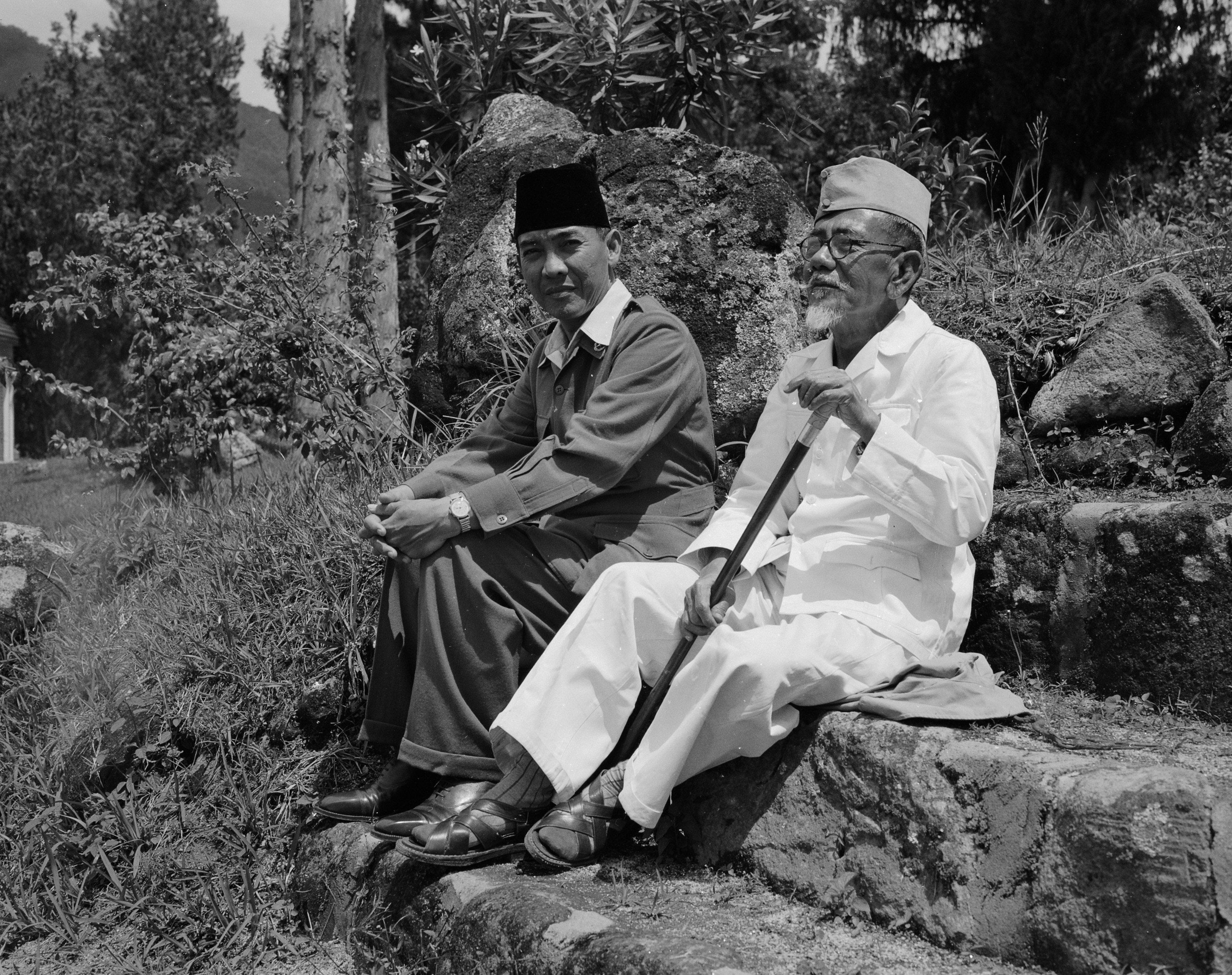 Soekarno dan Agus Salim di pengasingan. Berjalan di sepanjang Danau Toba dekat Prapat