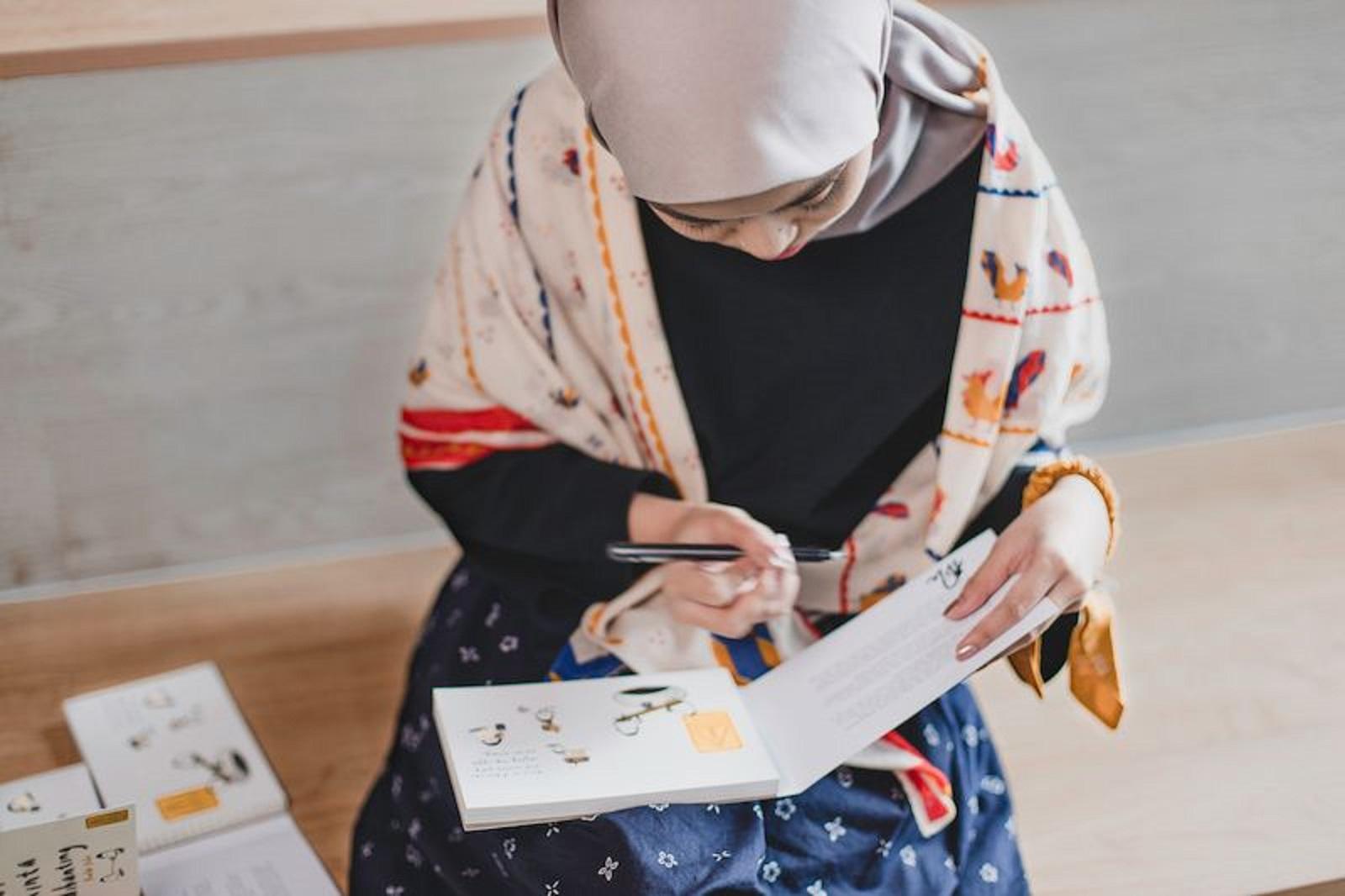 Tsana dan bukunya | Foto: Gramedia.com