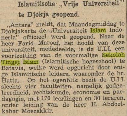 Artikel surat kabar berbahasa Belanda tentang pembentukan UII. hanya empat fakultas, yaitu teologi, hukum, ekonomi dan pedagogi, dengan 170 siswa dan 30 guru