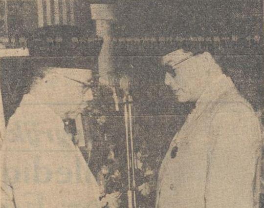 Tokoh koperasi Jawa Barat, Niti Soemantri, memberikan medali emas bagi Wakil Presiden RI, Mohammad Hatta, dengan tulisan