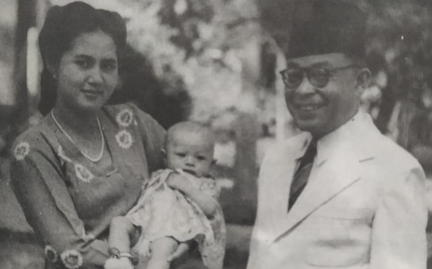 Hatta, sang istri dan anak pertamanya, Meutia.