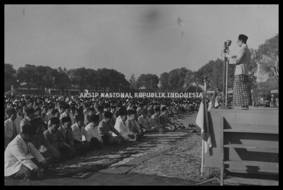 Anggota parlemen RIS, Moh. Natsir sedang membacakan khotbah di hadapan jemaah salat Idul Fitri 1369 H di Lapangan Banteng Jakarta.
