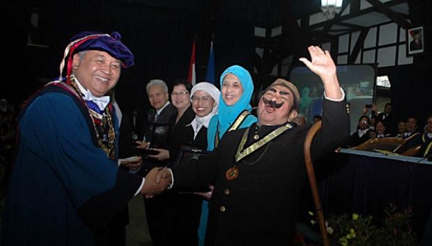 Pak Raden mendapatkan penghargaan dari ITB pada 2012.