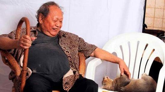 Pak Raden ditemani kucingnya.